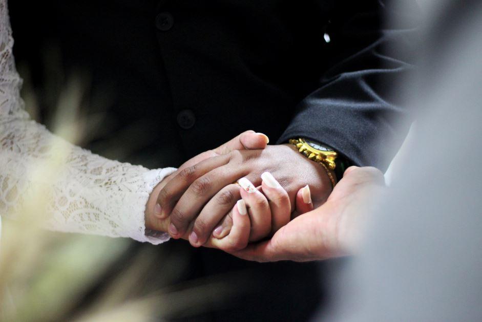 Cara menikah di luar negeri - caroline veronez unsplash