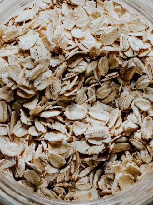 cara menghilangkan bruntusan dengan bahan alami - Oatmeal - Photo by Andrea Tummons on Unsplash
