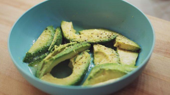 Foto Gambar Alpukat - Avocado - Makanan yang mengenyangkan tapi tidak membuat gemuk - Photo by Ryan Quintal on Unsplash