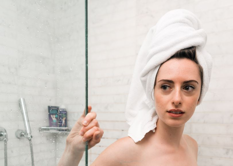 Foto Mandi shower - Cara mengatasi rambut kering dan bercabang secara alami - Photo by The Creative Exchange on Unsplash