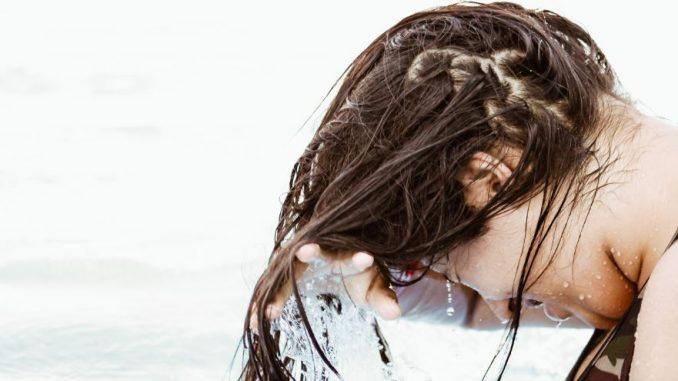 cara mengatasi rambut rusak - Foto orang mandi - - Photo by Erick Larregui on Unsplash